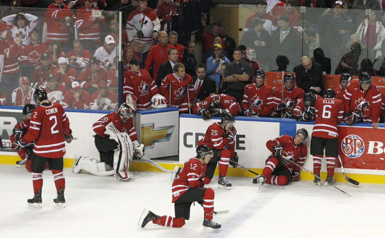 The Canadian team reacts after losing the gold medal game to Russia at the IIHF World Junior Hockey Championships in Buffalo, New York, January 5, 2011. REUTERS/Mike Cassese (UNITED STATES - Tags: SPORT ICE HOCKEY)