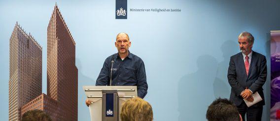 Wim Heijnen (R), hoofd afdeling medisch-forensisch onderzoek van het Nederlands Forensisch Instituut en Arie de Bruijn, operationeel hoofd van het Landelijk Team Forensische Opsporing, tijdens een toelichting op het verloop van het identificatie-onderzoek van de slachtoffers van de vliegramp met de MH17.