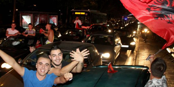 In de Albanese hoofdstad Tirana werd de overwinning tegen Roemenië gevierd. Woensdag weet Albanië pas of het ook door is naar de achtste finales.