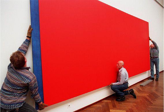 Het doek 'Who's Afraid of Red, Yellow and Blue III' van Barnett Newman wordt opgehangen in het Stedelijk Museum (1997).