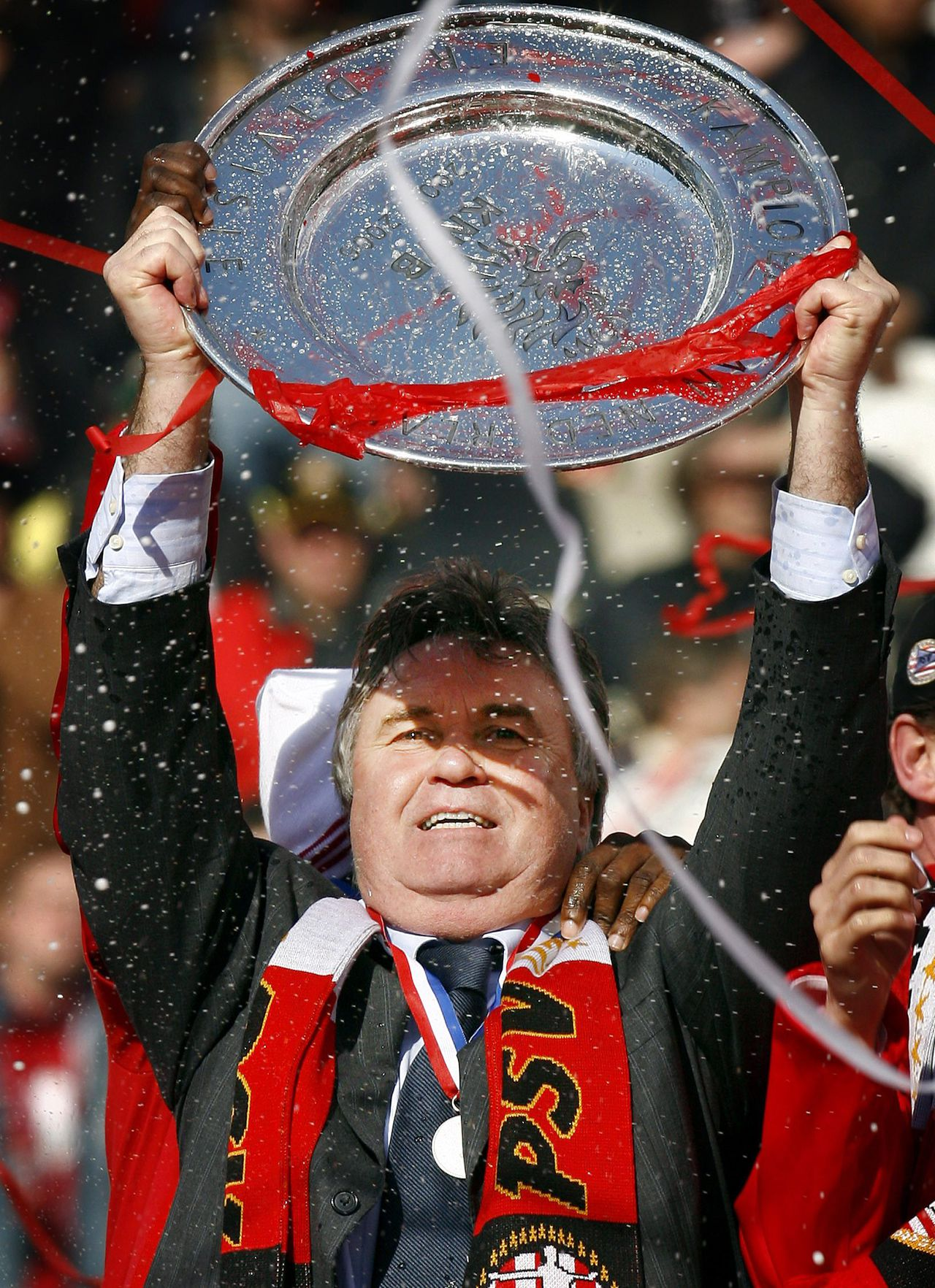 PSV-trainer Guus Hiddink met de kampioensschaal. Foto Reuters PSV Eindhoven coach Guus Hiddink holds the trophy in Eindhoven April 9, 2006. PSV Eindhoven retained the Dutch league title on Sunday with a 1-1 draw at home to Groningen, moving on to 80 points with two games left to play. REUTERS/Toussaint Kluiters