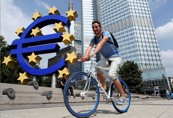 Caption: A cyclist rides past the European Central Bank (ECB) headquarters in Frankfurt, August 4, 2011. REUTERS/Ralph Orlowski (GERMANY - Tags: BUSINESS)
