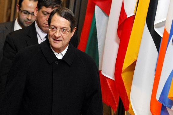 President van Cyprus Nicos Anastasiades verlaat het EU-hoofdkantoor in Brussel na een lange nacht van overleg. Foto: Reuters / Sebastien Pirlet