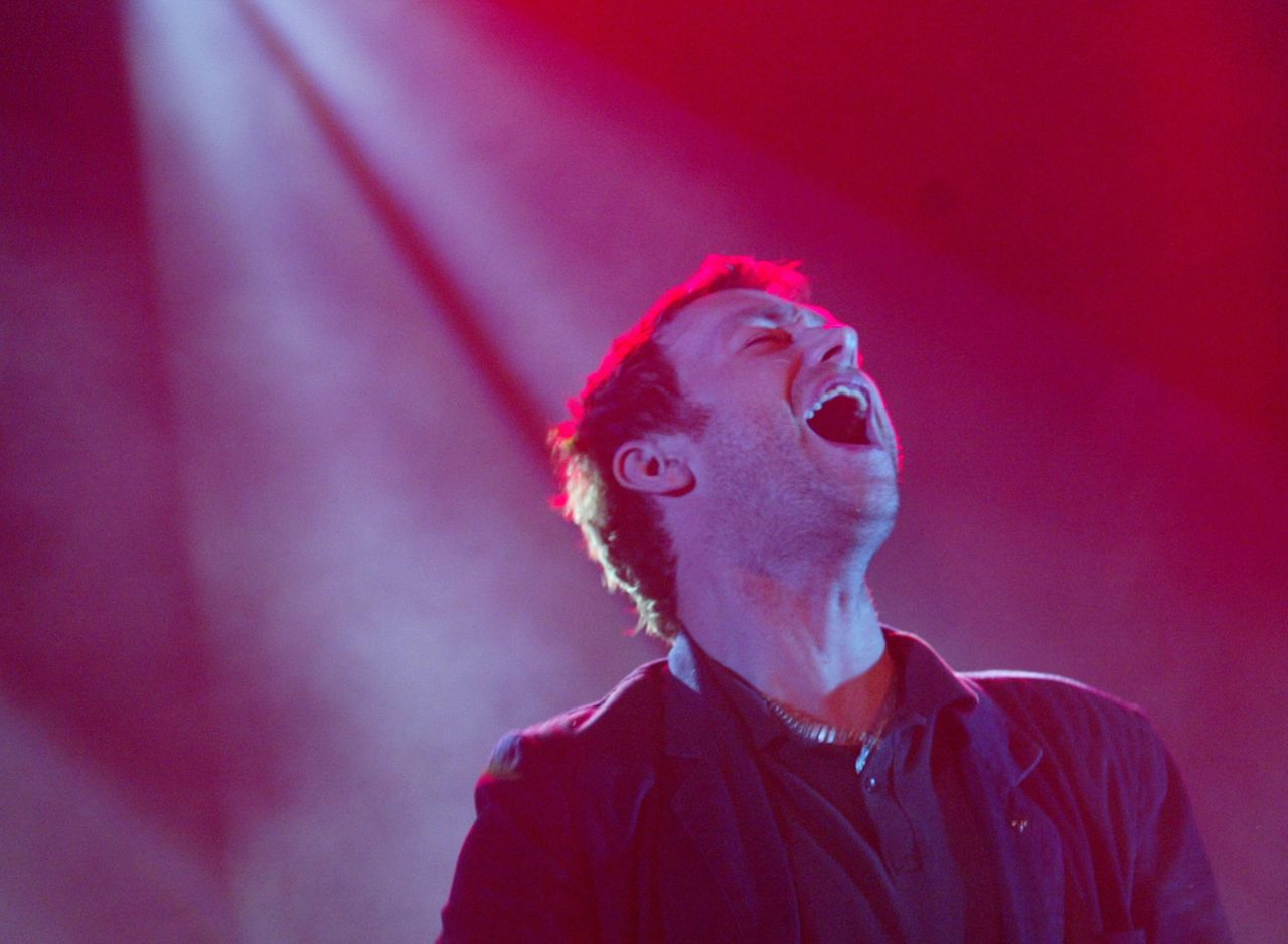 ALTIJD TIENER GEBLEVEN: Damon Albarn, stamelende zanger Foto Reuters Singer Damon Albarn from Britsh group Blur sings during a concert in Moscow September 25, 2003. Blur played the last of two shows in the Russian capital on Thursday. REUTERS/William Webster PP03090137 WAW