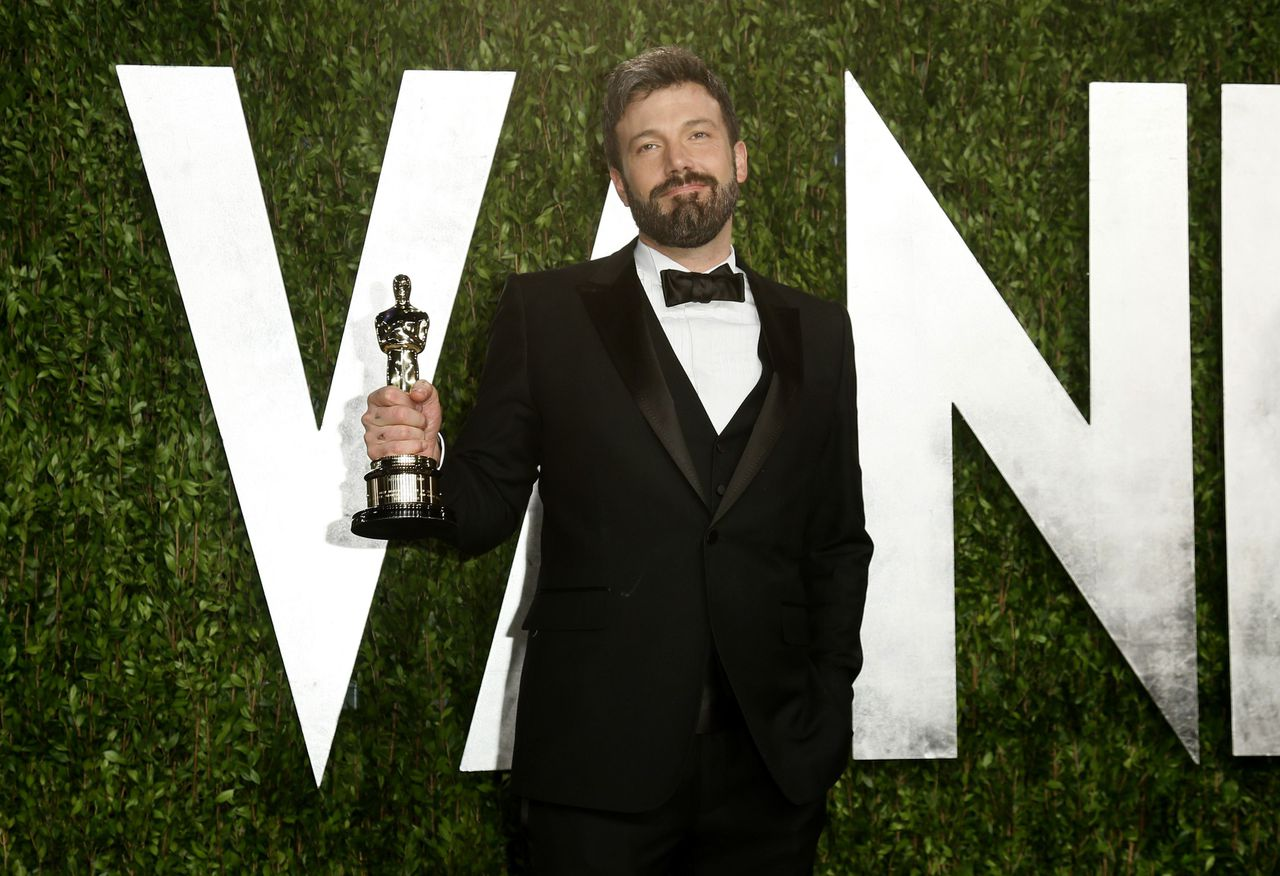 """Director Ben Affleck holds his best picture award for his film """"Argo"""" at the 2013 Vanity Fair Oscars Party in West Hollywood, California February 25, 2013. REUTERS/Danny Moloshok (UNITED STATES TAGS:ENTERTAINMENT) (OSCARS-PARTIES)"""