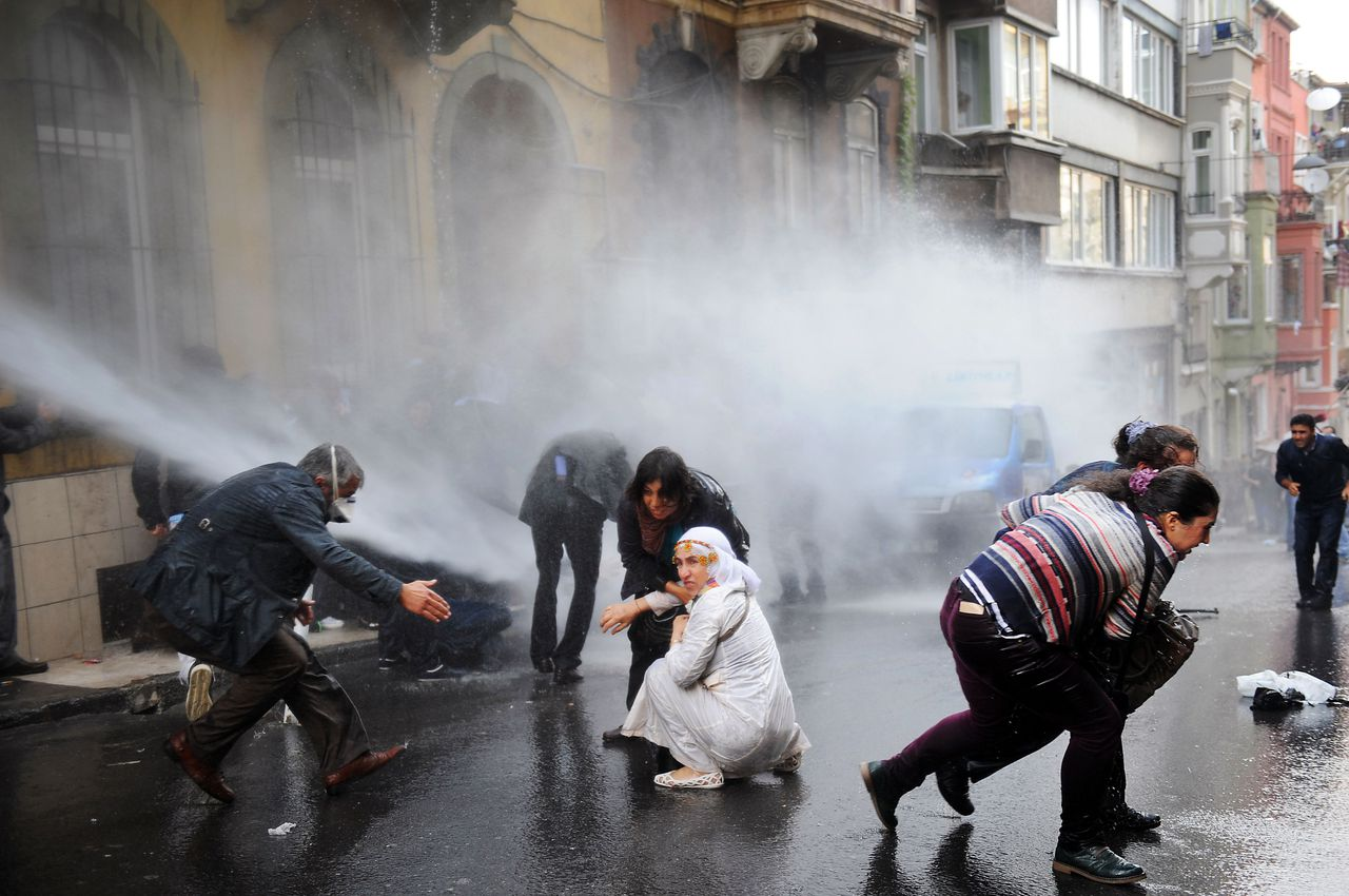 """Turkish riot police fire water cannon and tear gas as they clash with Kurdish demonstrators protesting in support of a widespread hunger strike by Kurdish prisoners, on November 4, 2012 in Istanbul. Around 400 protesters were gathered outside the Kurdish Peace and Democracy Party (BDP) building, chanting """"Evacuate prisons"""" and """"Freedom to inmates"""", when police fired the tear gas and water cannon without warning. AFP PHOTO/BULENT KILIC"""