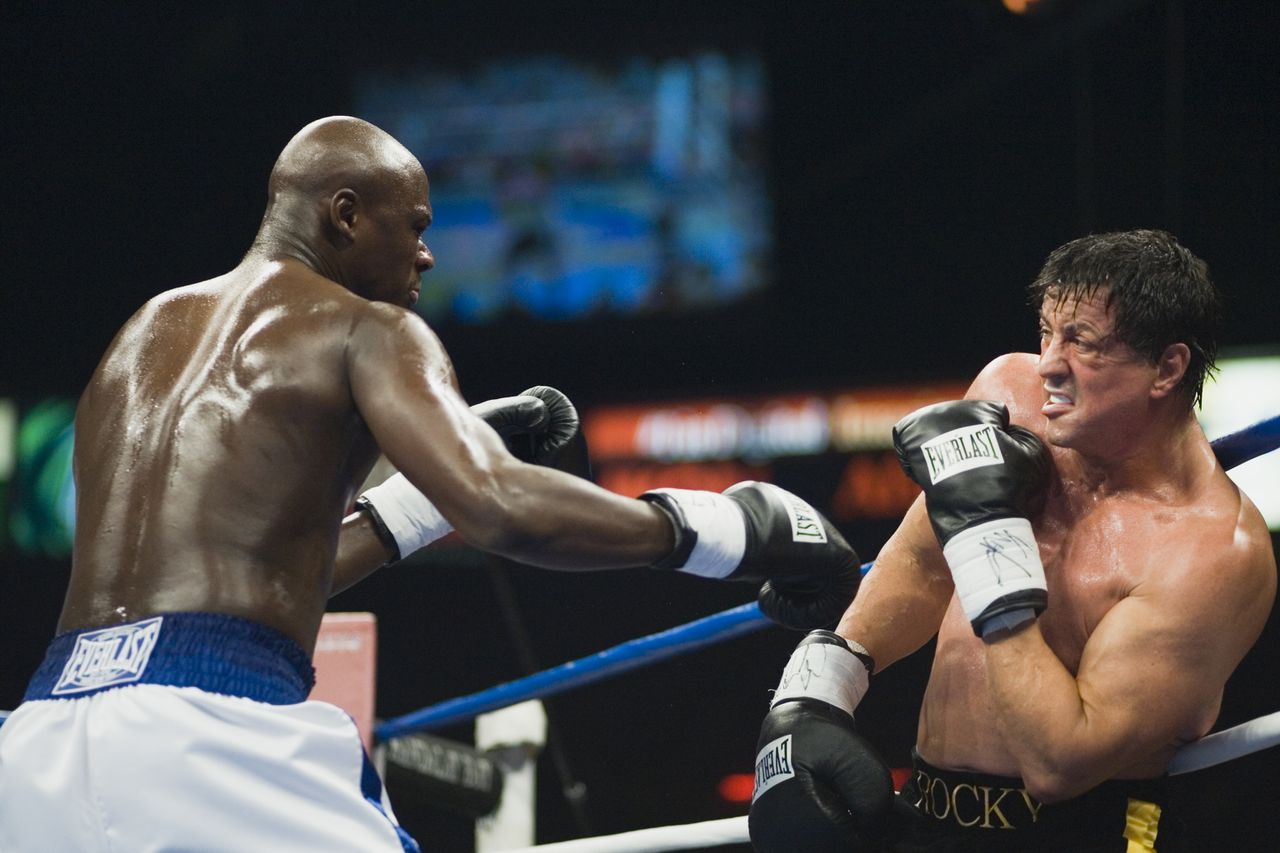 "Wereldkampioen Mason Dixon (Antonio Tarver) deelt klappen uit aan een wankelende Rocky (Sylvester Stallone). DF-01821 Rocky (SYLVESTER STALLONE-right) enters the ring to fight Mason Dixon (ANTONIO TARVER) in ROCKY BALBOA. The final round of the legendary ""ROCKY"" franchise hits theatres Wednesday, December 20, 2006 and is written and directed by SYLVESTER STALLONE. Photo by: Neil Leifer"