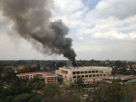 Zwarte rook steeg op boven het Westgate winkelcentrum in Nairobi op 21 september, de dag van de terroristische aanval die uitmondde in een gijzeling.