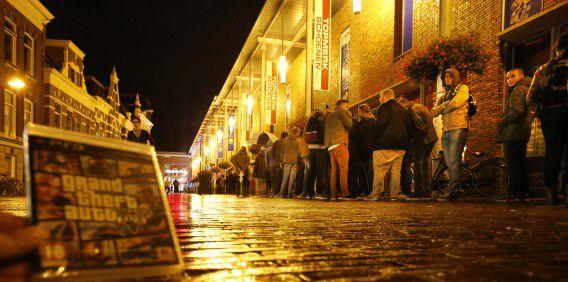 Een rij voor de Media Markt in Groningen.
