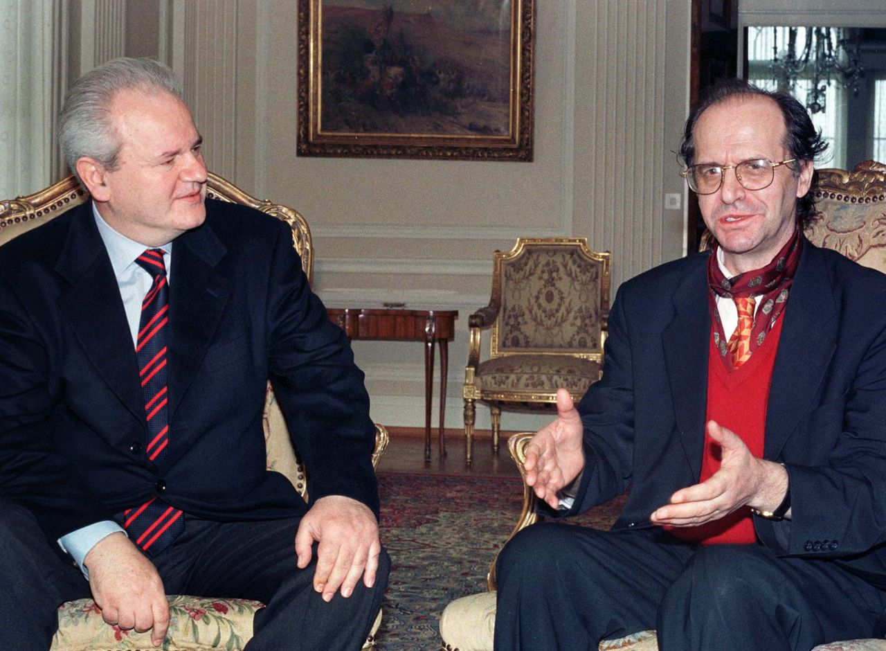 Een gemanipuleerde Rugova (rechts) met Milosevic. Foto Reuters File picture show Kosovo Albanian leader Ibrahim Rugova (R) with former Yugoslav President Slobodan Milosevic in Belgrade during the NATO air strikes against Yugoslavia, April 1, 1999. Rugova, icon of the ethnic Albanian drive to win independence from Serbia, died on Saturday, January 21, 2006, a source close to his office said. Rugova, 61, was diagnosed with lung cancer in September 2005 and had been undergoing treatment at his residence in Pristina. Picture taken April 1, 1999. REUTERS/Str/File