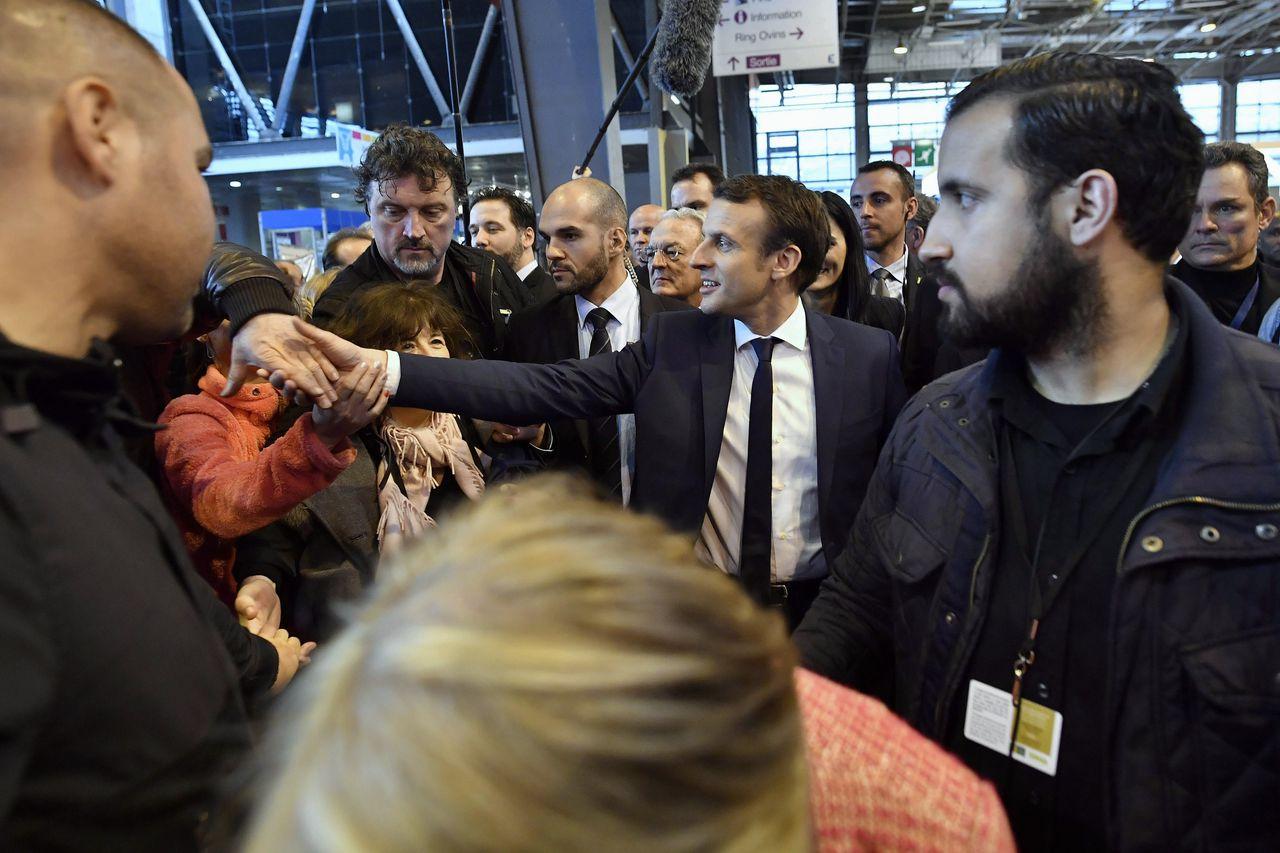 De Franse president Emmanuel Macron met rechts van hem zijn veiligheidsmedewerker Alexandre Benalla die nu in opspraak is.