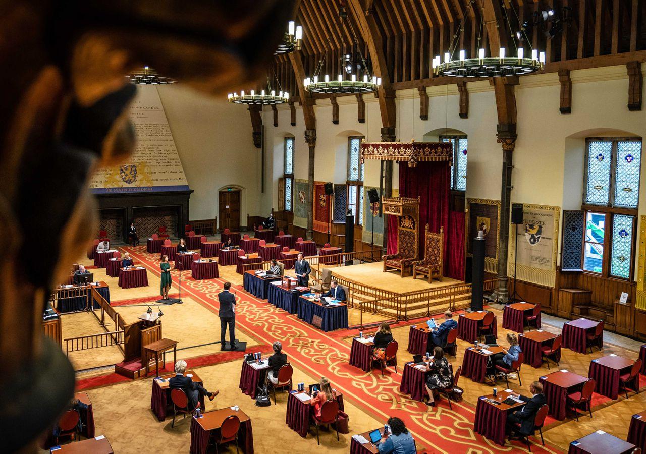 De Tweede Kamer is terug van reces vanwege de snelle toename van de coronabesmettingen.
