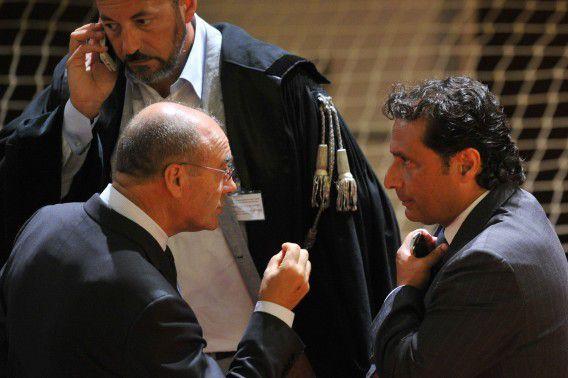 Francesco Schettino (rechts) in de rechtbank vlak voor het proces tegen hem vandaag begint.