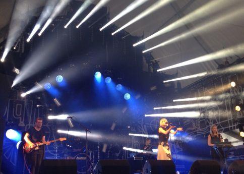 De Noorse 18-jarige zangeres Aurora op Pinkpop.