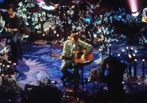 Kurt Cobain tijdens MTV Unplugged in de Sony Studios in New York, opgenomen eind 1993, uitgebracht in november 1994.