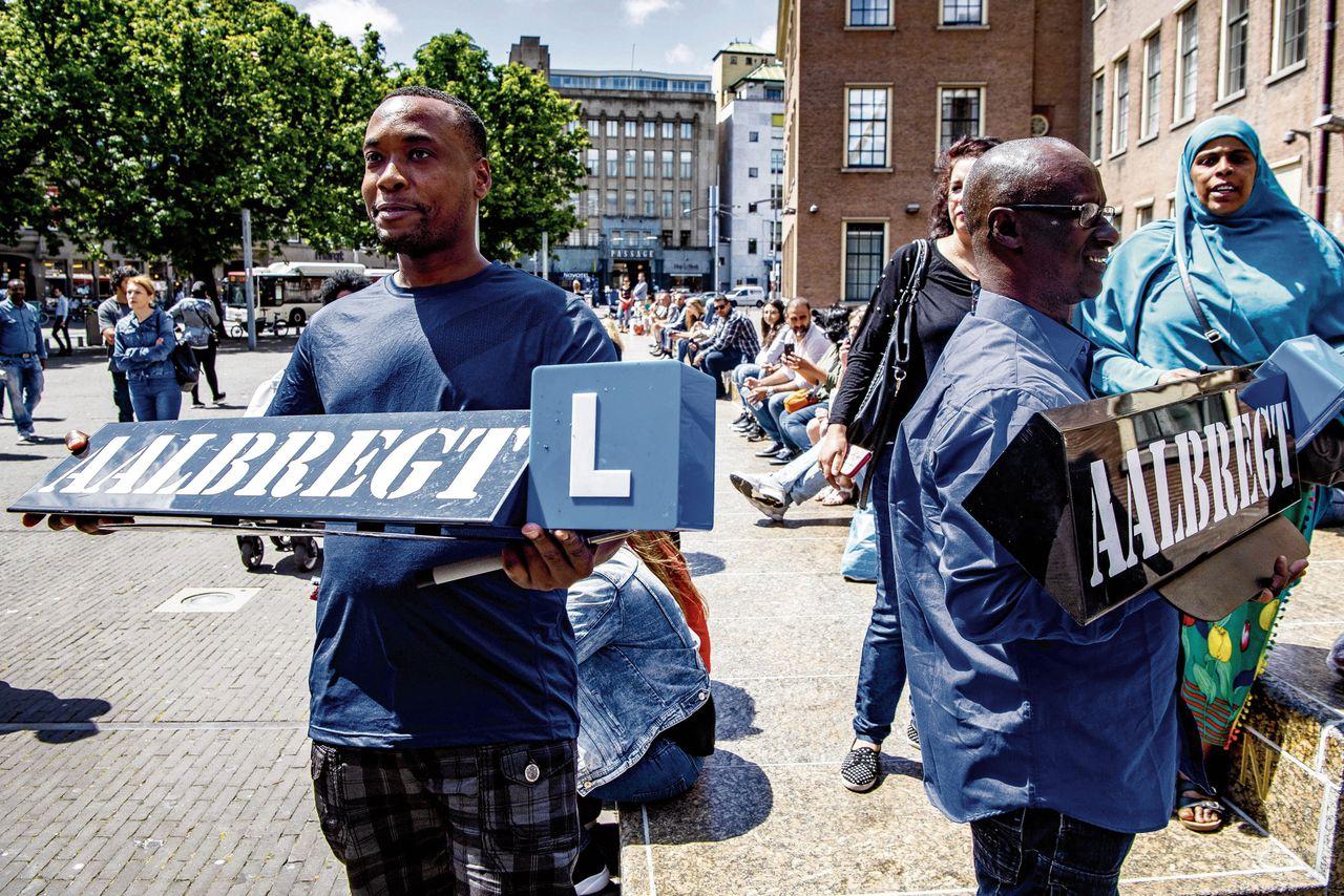 Rij-instructeurs en mensen die zich gedupeerd voelen door rijschoolhouder Ferry Aalbregt uit Zoetermeer, demonstreerden vorige week in Den Haag.