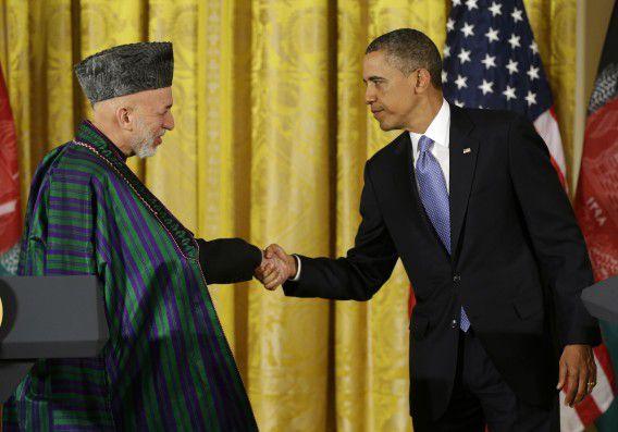 President Barack Obama schudt Karzai de hand. De verhouding tussen de VS en Afghanistan is gespannen.