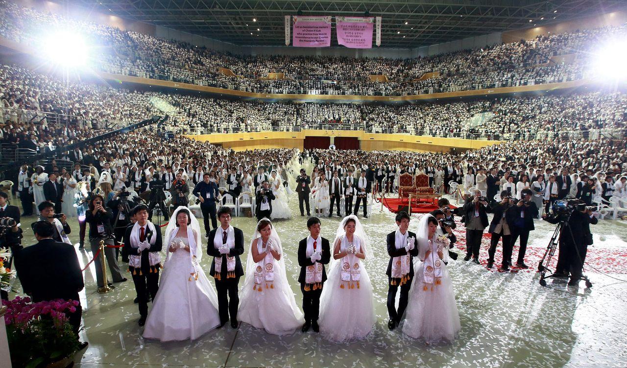 """Zo'n 2500 stelletjes geven elkaar het jawoord tijdens een Zuid-Koreaanse """"massabruiloft"""" in Gapyeong-gun."""
