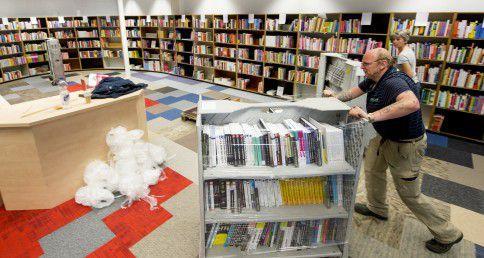 ROTTERDAM - Bij boekhandel Donner komen de boeken aan in de nieuwe vestiging. De bekende Rotterdamse boekwinkel, die na het faillissement van Polare onder de oude naam Donner verder gaat, verruilt het pand aan de Lijnbaan voor een locatie aan de Coolsingel.