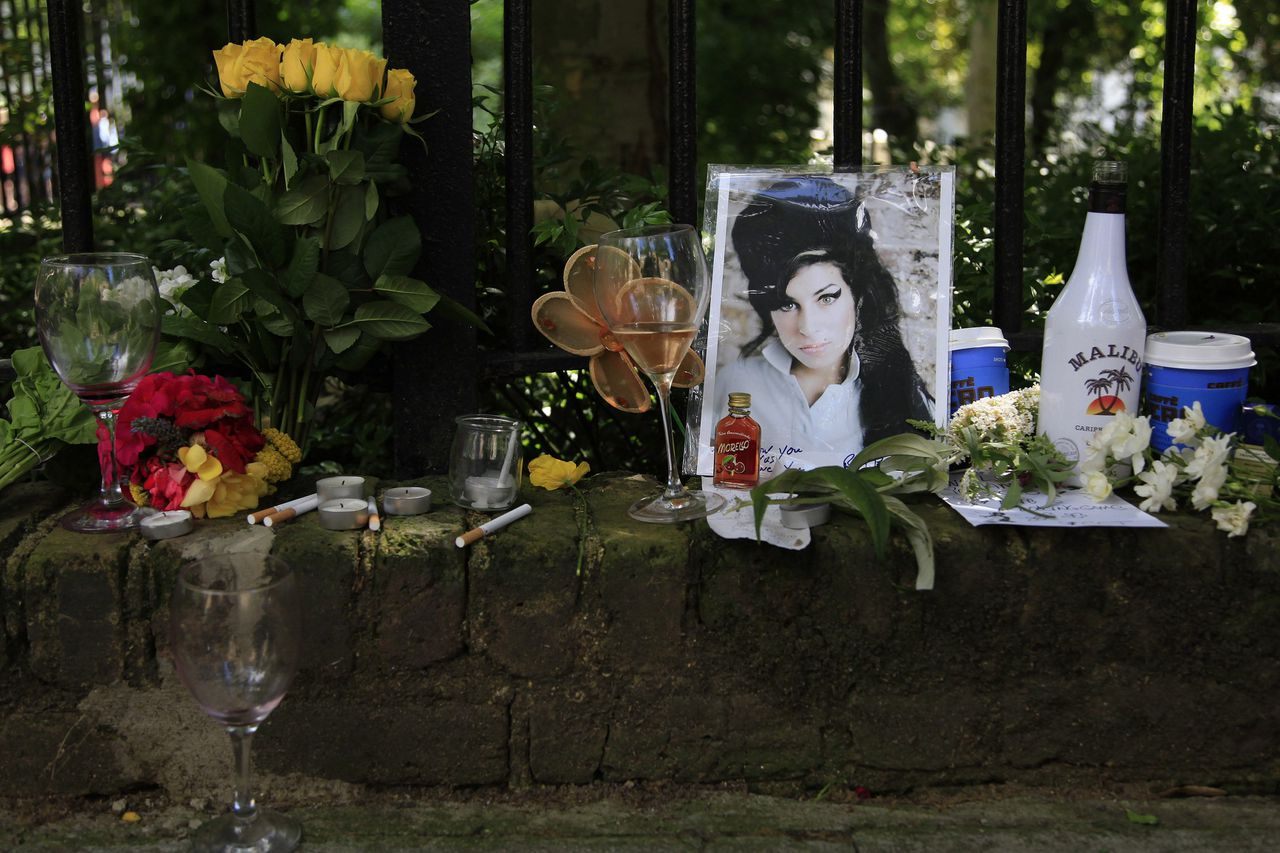 """RNPS IMAGES OF THE YEAR 2011 - Flowers and tributes are seen outside the home of Amy Winehouse in London July 24, 2011. Winehouse, one of the most talented singers of her generation whose hit song """"Rehab"""" summed up her struggles with addiction, died in London on July 23 at the age of 27. REUTERS/Stefan Wermuth (BRITAIN - Tags: ENTERTAINMENT OBITUARY)"""