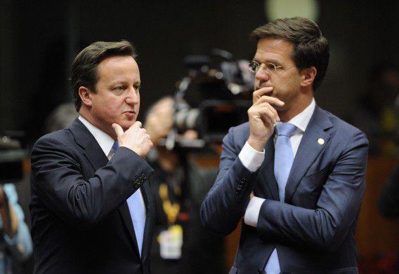 David Cameron en Mark Rutte hebben een onderonsje op de eurotop in december vorig jaar. Foto AFP / Eric Feferberg