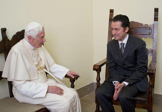 Butler Paolo Gabriele en Paus Benedictus XVI in de gevangenis van Vaticaanstad. De paus verleende hem vanmorgen gratie.