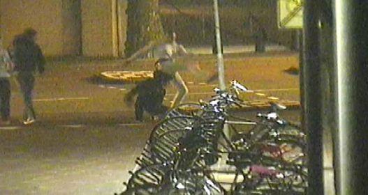Videostill van omroep Brabant. Het regionale opsporingsprogramma Bureau Brabant toonde maandagavond bewakingsbeelden van de mishandeling in het centrum van Eindhoven op vrijdagochtend 4 januari. De beelden veroorzaakten veel verontwaardiging op internet.
