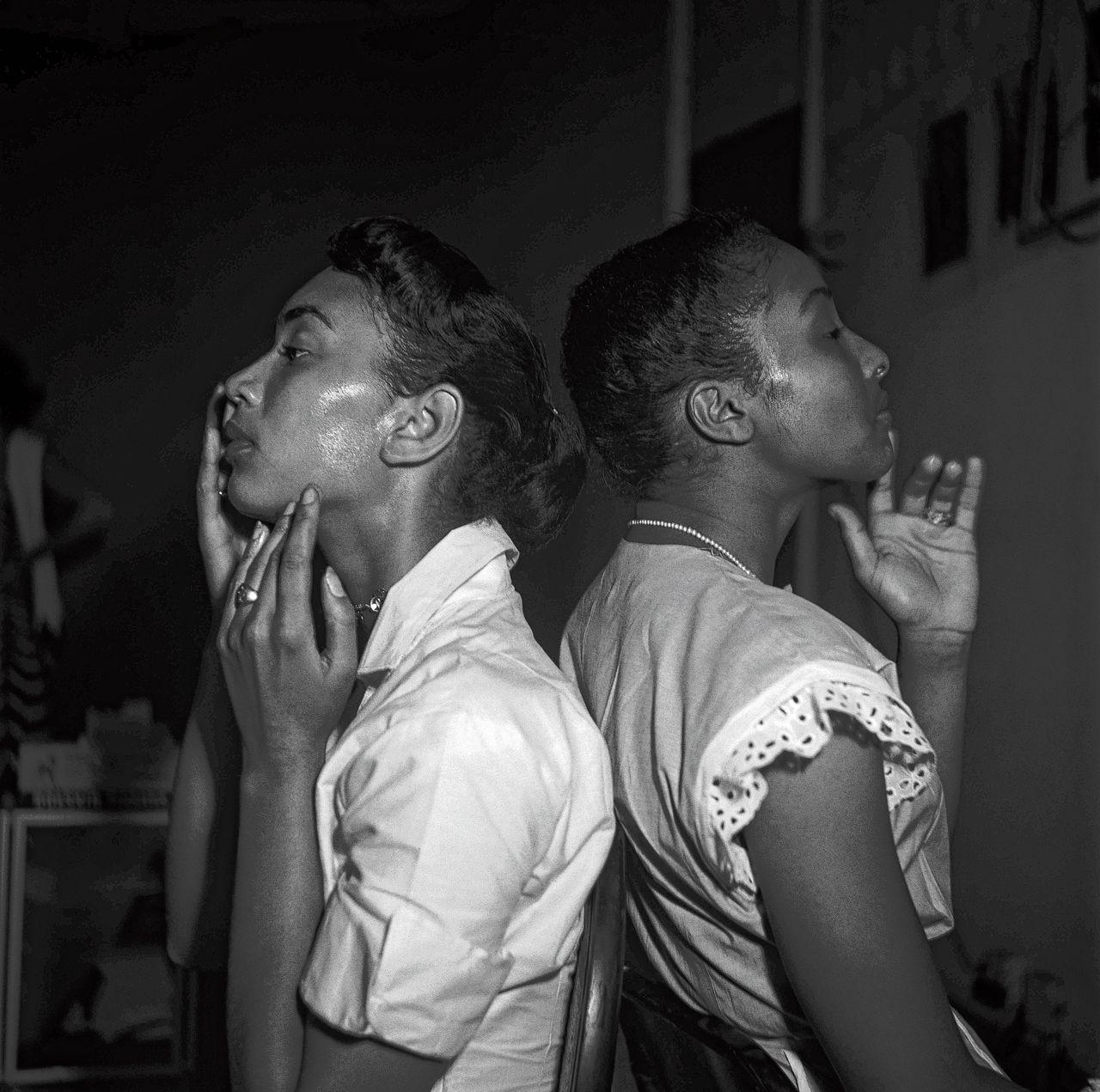 New York, 1950: Zwarte fotomodellen kort voor hun optreden in Harlem.