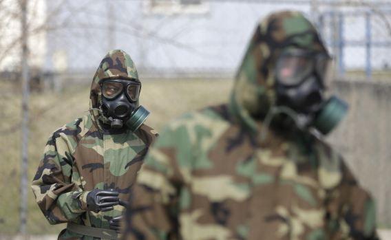 Amerikaanse soldaten die gevestigd zijn in Zuid-Korea eerder vandaag met gasmaskers tijdens een oefening in het gebruik van het materieel. Noord-Korea verklaarde gisteravond dat het klaar is voor een oorlog met de VS.