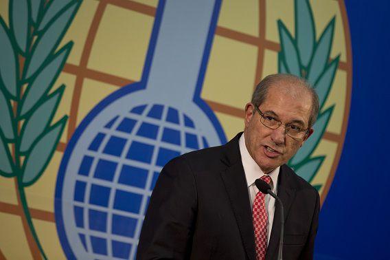 Het hoofd van de Organisatie voor het Verbod op Chemische Wapens Ahmet Uzumcu tijdens een persconferentie in Den Haag.