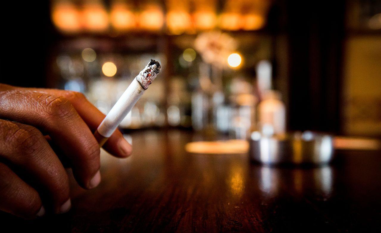 Een roker aan de bar in een café in Heiloo.