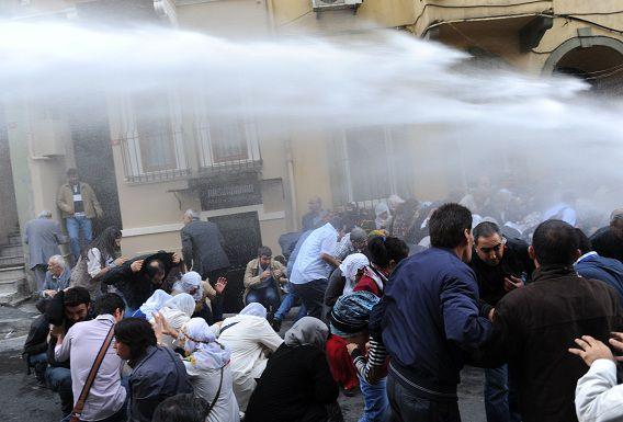 De Turkse oproerpolitie gebruikt traangas tegen Koerdische demonstranten. Ze gingen vandaag de straat op in Istanbul om Koerdische gevangenen in hongerstaking te steunen.