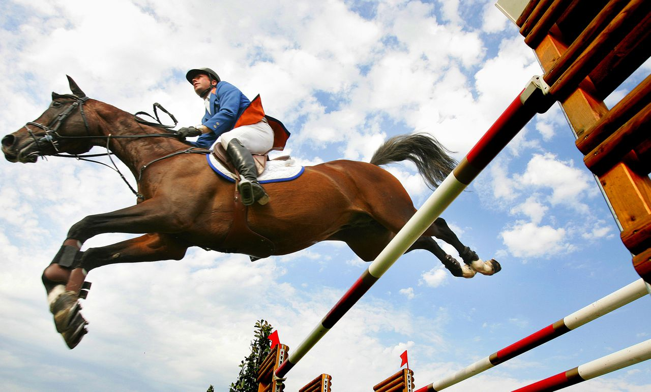 Ruiter Wim Schroder op een paard van renstal Eurocommerce, dat eigendom was van Ger Visser.