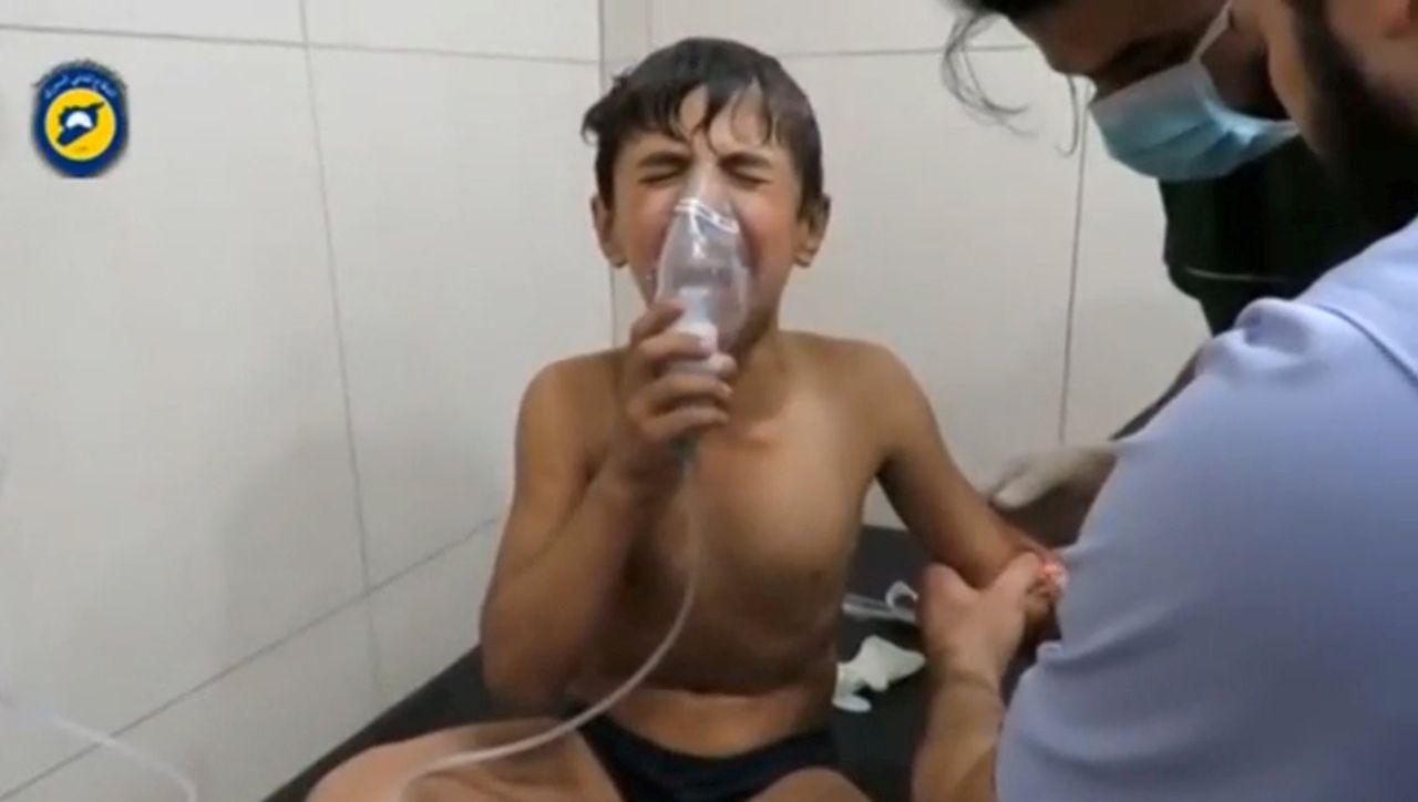 Een kind wordt behandeld na een vermoedelijke chloorgasaanval in Syrië.