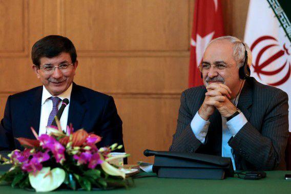 De Turkse minister van Buitenlandse Zaken Ahmet Davutoglu (links) en zijn Iraanse collega Javad Zarif tijdens hun gezamenlijke persconferentie.
