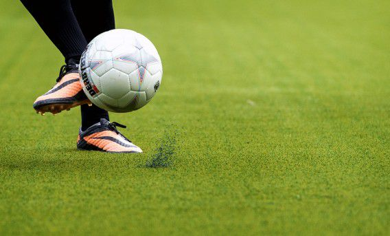 Spelers van ADO Den Haag trainen op het kunstgrasveld in het Kyocera Stadion.