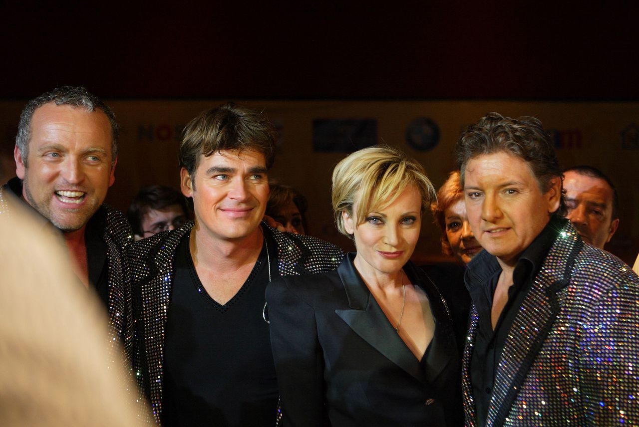 """De Toppers met in hun midden een Russische fan. (Foto Oleg Klimov) the glamorous Dutch party in Moscow with several live performances including """"The Toppers"""" with """"Shine"""" (the Eurovision songcontest 2009) Fir the article by Michel Krielaars. Photo by Oleg Klimov"""