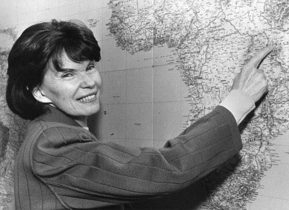 Danielle Mitterrand, the widow of former French President Francois Mitterrand, points to an area in Kenya on a map of the world in her Paris office in this April 1988 file photo. Danielle Mitterrand died at the age of 87 in Paris, French media reported on November 22, 2011. Picture taken April 1988. REUTERS/Jacky Naegelen/Files (FRANCE - Tags: POLITICS OBITUARY)