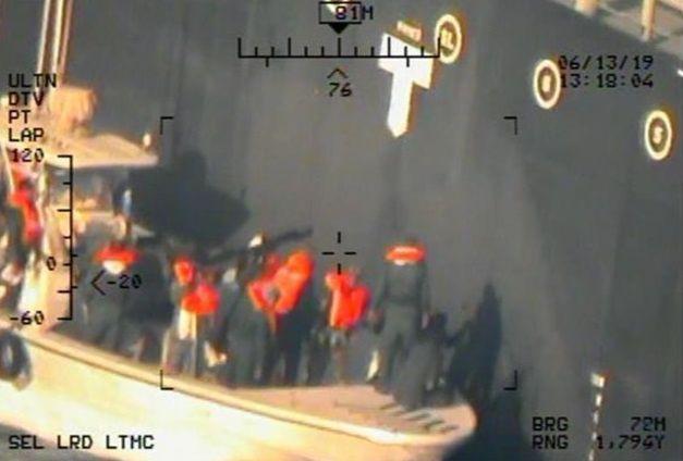 Foto van de Amerikaanse marine, waarop volgens het Pentagon Iraanse mariniers te zien zijn die een onontplofte mijn weghalen bij een Japanse olietanker in de Golf van Oman, afgelopen donderdag.