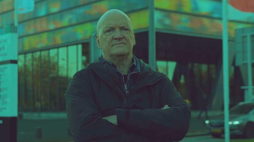 Arnold Karskens in een promotiefilmpje op de site van zijn nieuwe initiatief.