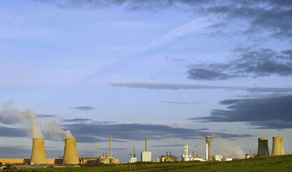 (FILES) This file picture taken on September 26, 2002 shows the Sellafield nuclear plant in North England. British police said on May 3, 2011 they had arrested five men under anti-terrorism legislation close to a nuclear plant. The men were stopped in a vehicle by officers near the Sellafield nuclear site, in Cumbria, northwest England, at around 4:30 pm (1530 GMT) yesterday, police said in a statement. AFP PHOTO / ODD ANDERSEN / FILES