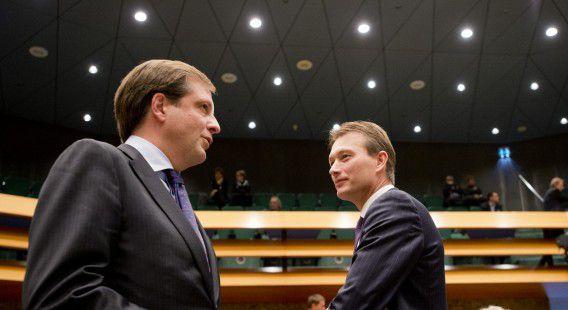 D66-leider Alexander Pechtold en VVD-fractievoorzitter Halbe Zijlstra (rechts) in de Tweede Kamer tijdens de bespreking van het regeerakkoord vorig jaar.