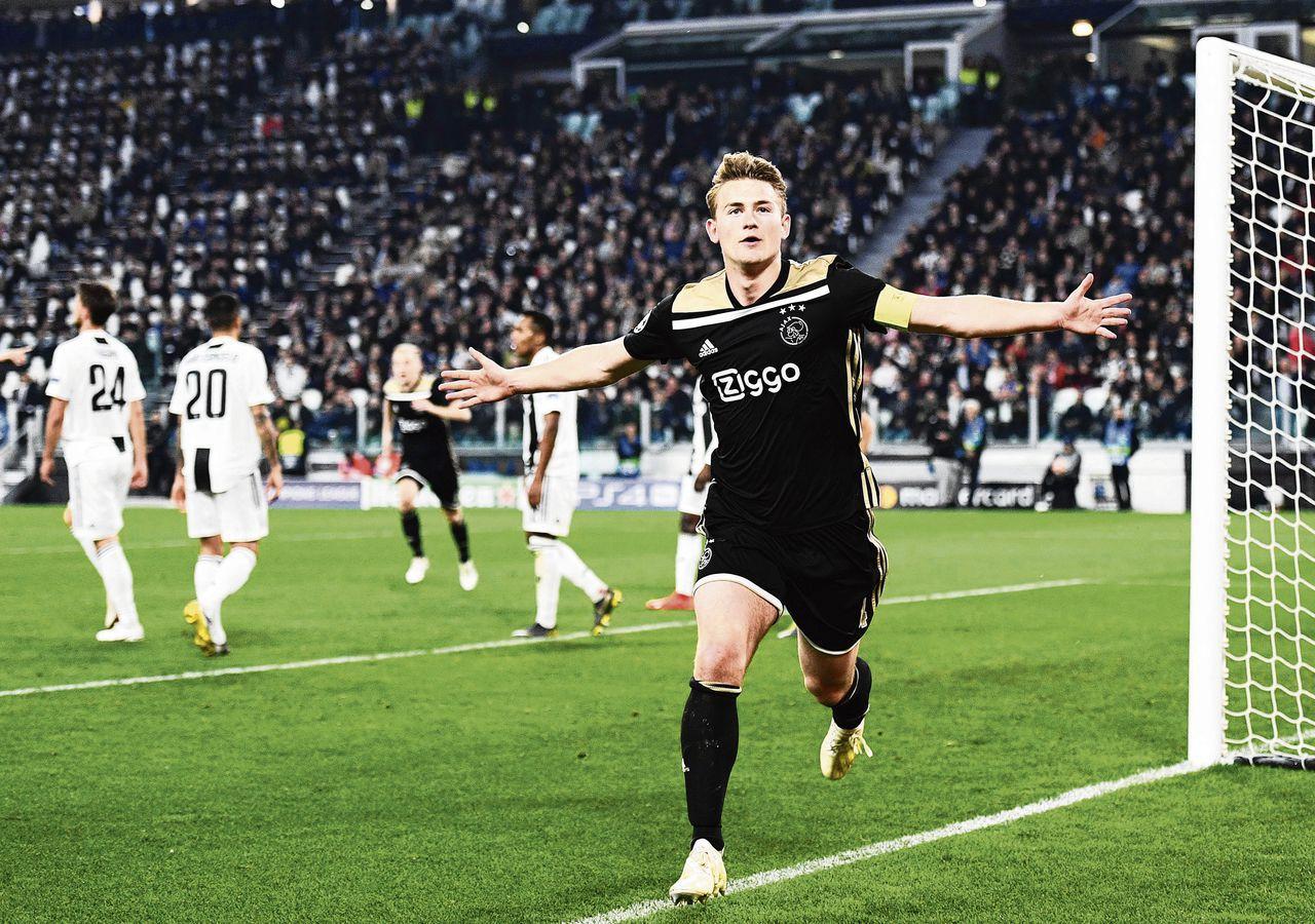 Matthijs de Ligt van Ajax scoort de 1-2 tegen Juventus tijdens de return van de kwartfinale van de Champions League.