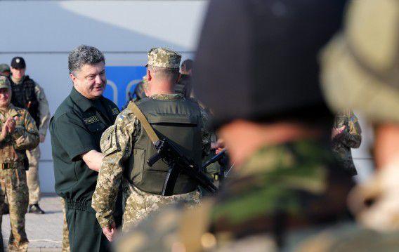 Porosjenko deelt onderscheidingen uit aan soldaten in Marioepol, gisteren.