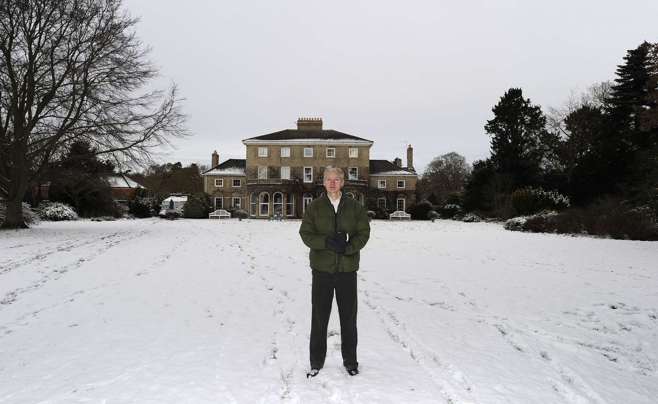 """WikiLeaks founder Julian Assange poses for photographers outside Ellingham Hall, the home of his friend, journalist Vaughan Smith, in Norfolk, England December 17, 2010. Assange said on Friday that he was the target of an aggressive U.S. investigation and feared extradition to the United States was """"increasingly likely"""". REUTERS/Paul Hackett (BRITAIN - Tags: POLITICS CRIME LAW MEDIA)"""