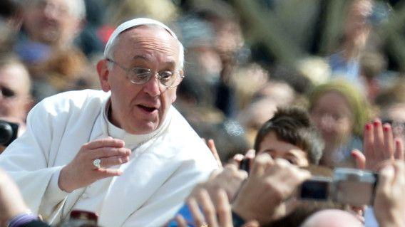 De paus na de mis onder grote belangstelling op weg naar het balkon van de basiliek waar hij het urbi et orbi zou uitspreken.