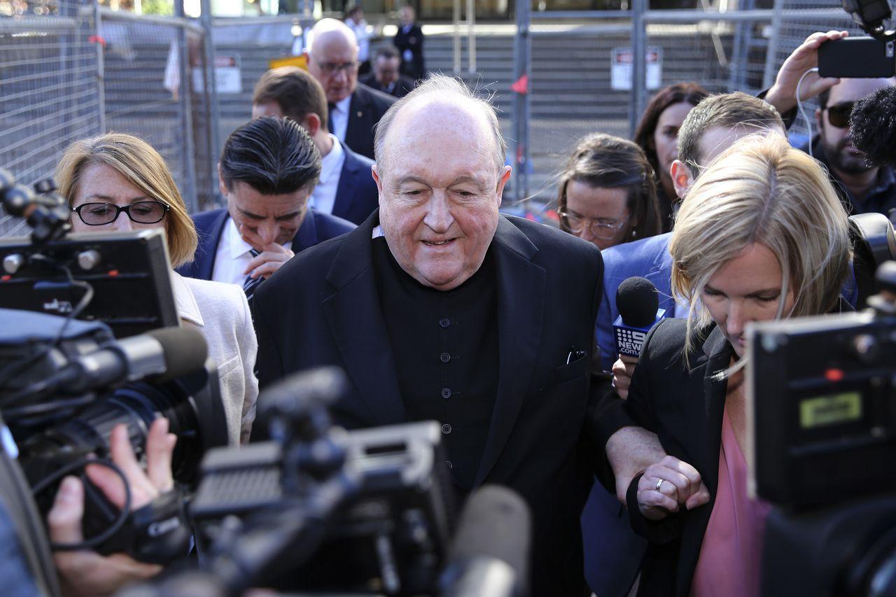 Aartsbisschop Philip Wilson verlaat dinsdag de rechtbank in Newcastle, ten noorden van Sydney, na zijn veroordeling wegens het verhullen van kindermisbruik door een priester.