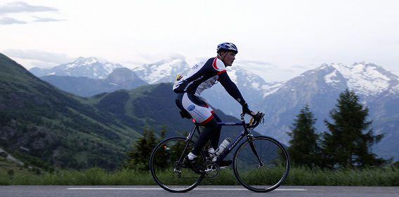 Een fietser beklimt de Alpe d'Huez in Frankrijk voor Stichting Alpe d'Huzes op de slotdag, deze zomer.