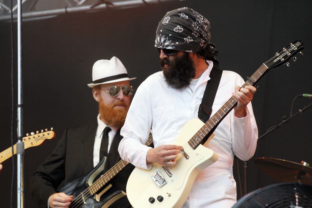 Singer and guitarist of the US pop band Eels, Mark Oliver Everett (R) performs on stage, on August 29, 2010, at the Rock en Seine music festival in Saint-Cloud park, a western Paris suburb. AFP PHOTO / THOMAS SAMSON