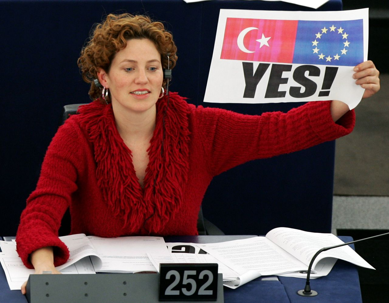 Kathalijne Buitenweg Foto Vincent Kessler Dutch green Member of the European Parliament Kathlijne Buitenweg holds a 'yes' placard during a vote over the opening of membership talks with Turkey at the European Parliament in Strasbourg, December 15, 2004. Turkey was on course on Wednesday to get a date to start open-ended negotiations on European Union membership as final elements of a compromise package came together on the eve of a landmark EU summit.